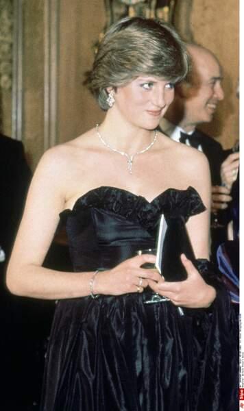 Première sortie officielle, Lady Diana Spencer jeune fiancée, porte une robe bustier en taffetas de soie noire
