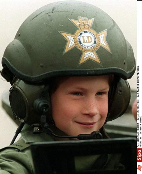 Comme tous les enfants de 9 ans, ce qu'il préfère, c'est grimper sur les tanks ou dans les hélicoptères...