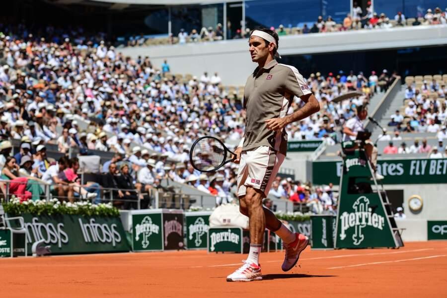 Roger Federer a fait son retour à Roland-Garros dans un ensemble très semblable à celui d'un livreur UPS