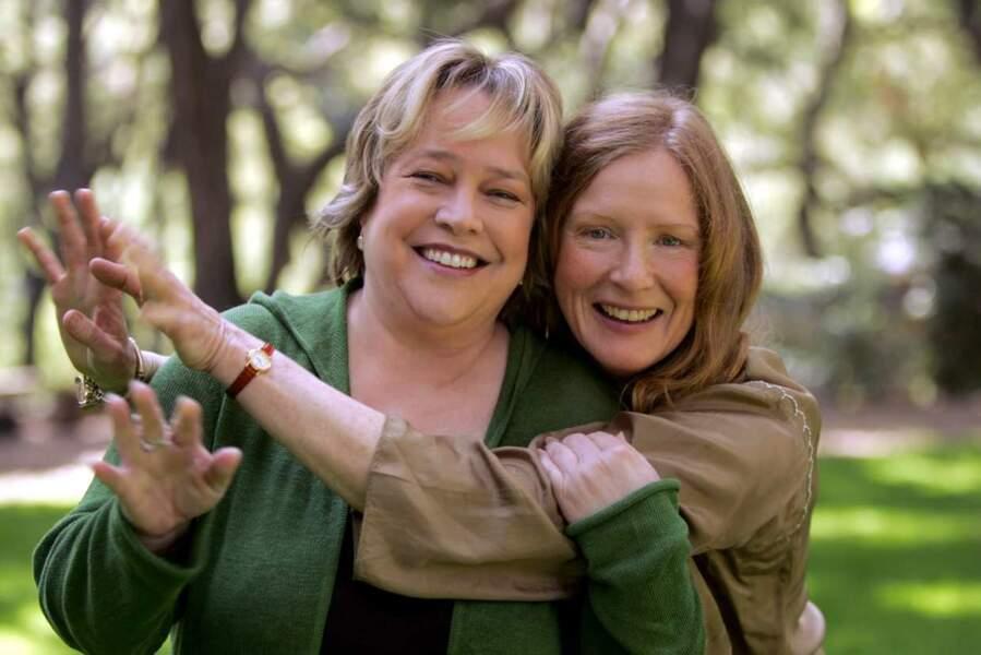 Bettina (Kathy Bates), l'infirmière de Sarah, la soeur de Ruth (Frances Conroy, ici à droite)
