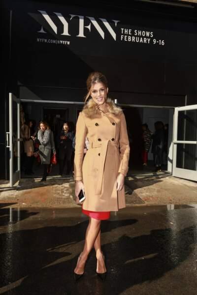 Même en manteau, la superbe Miss ne risque pas de se prendre une veste