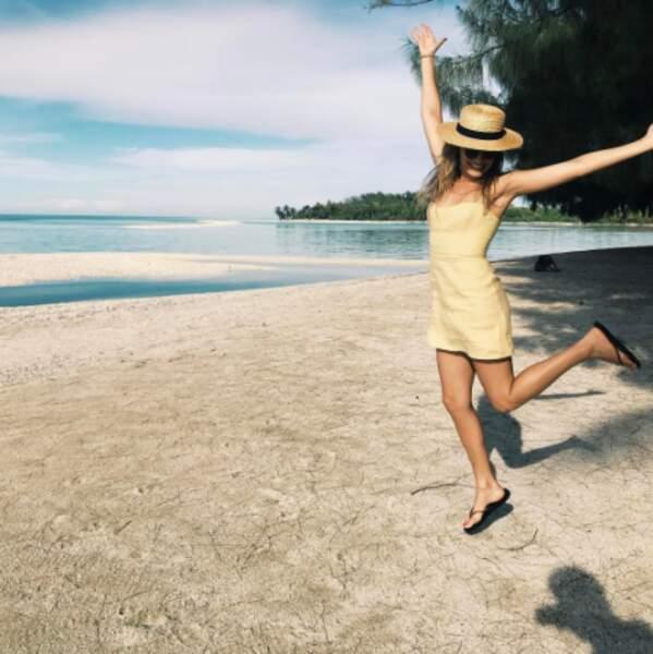 Margot Robbie est trop heureuse d'être à la plage.