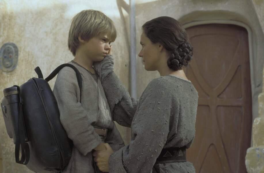Pernilla August dans le rôle de Shmi, la mère d'Anakin Skywalker, dans La Menace fantôme