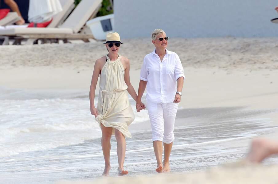 Promenade main dans la main sur la plage pour Ellen DeGeneres et Portia de Rossi.