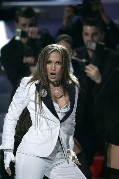 """Jennifer Lopez """"J. Lo"""" en costume décolleté, 2005"""