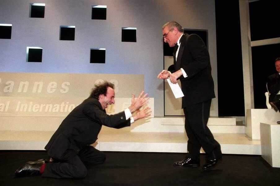 """1998 : Roberto Begnini reçoit le grand prix pour """"La vie est belle"""". Il se jette aux pieds de Martin Scorsese"""