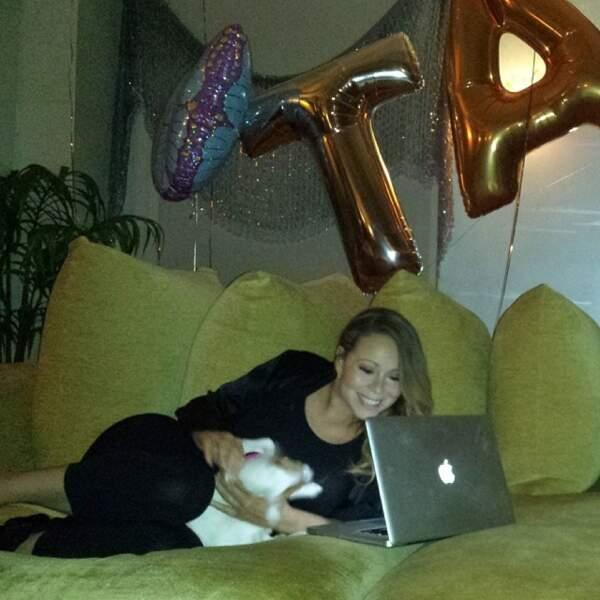 Il arrive aussi à Mariah Carey de s'affaler sur son canapé, comme tout le monde