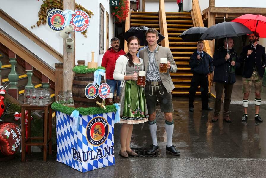 Thomas Müller et sa femme Lisa... en compagnie d'un tonneau de bière et de deux chopes.