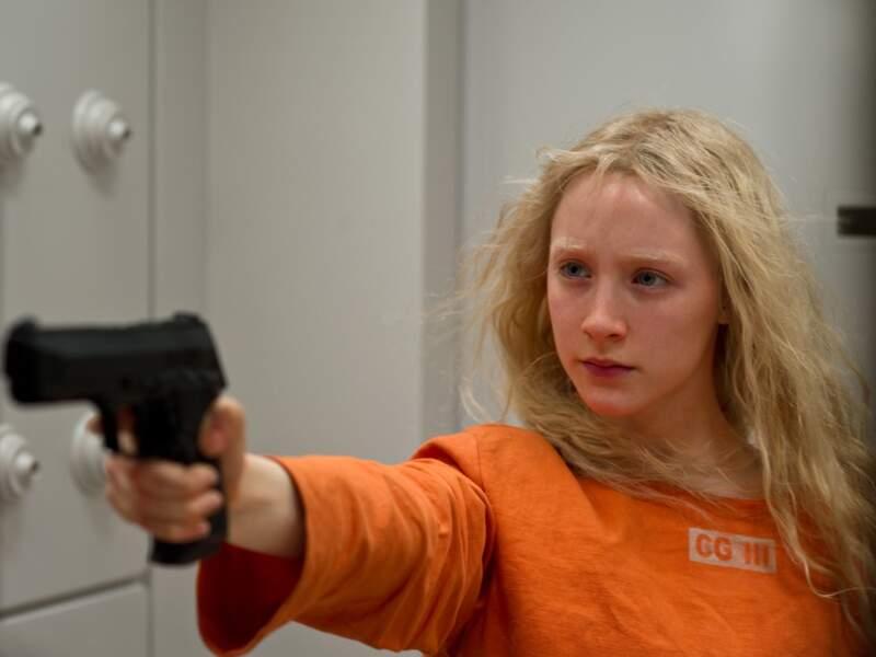 Nouvelle métamorphose : blonde platine et regard impitoyable pour le film Hannah.