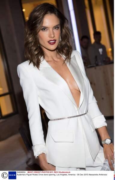 Alessandra Ambrosio en tenue très décolletée