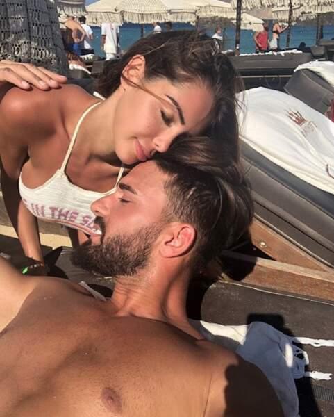 Nabilla et Thomas Vergara se sont fait des bisous à Mykonos.