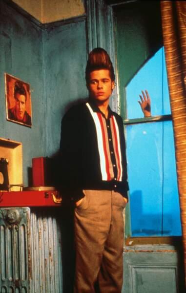 Brad Pitt la mèche en l'air dans Johnny Suede (1991)