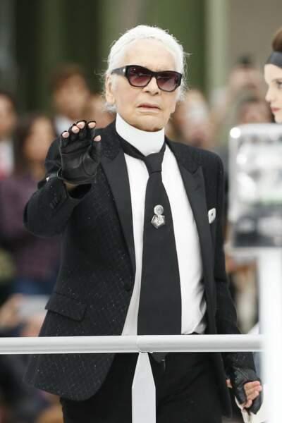 Mais quel âge peut donc avoir le couturier Karl Lagerfeld ? Le mystère dure mais il aurait en réalité 83 ans !