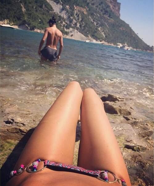 Vacances toujours avec Nabilla, qui barbotte dans l'eau avec son chéri Thomas