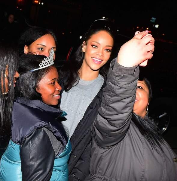 Les fans posent avec leur idole, Rihanna.