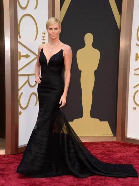Charlize Theron en solo sur le tapis rouge des Oscars