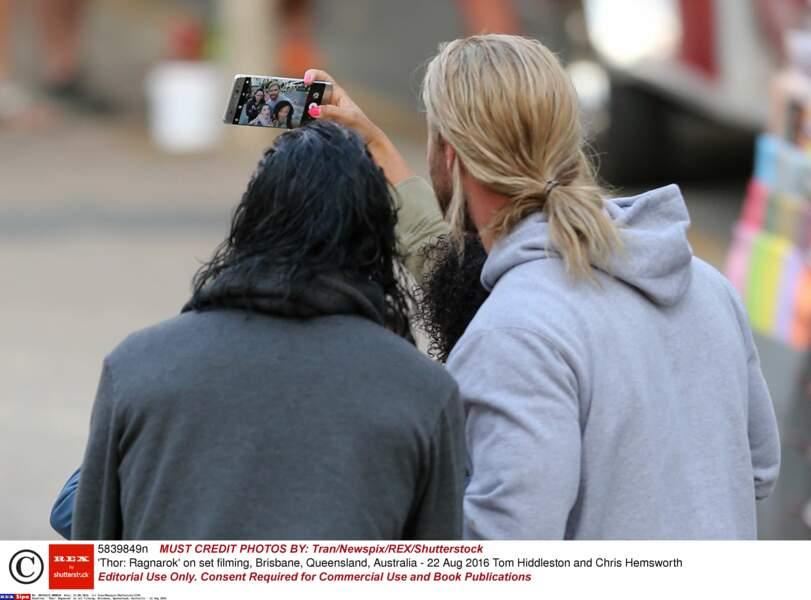 La petite chanceuse a eu une photo avec Tom ET Chris !