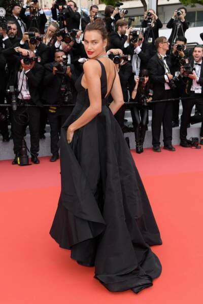 Le mannequin Irina Shayk, dans une robe noire sublime