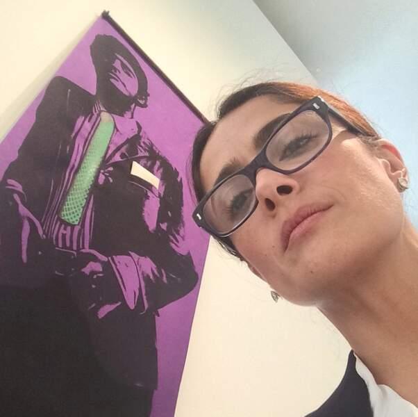 La voilà maintenant en train de faire un selfie avec une oeuvre du peintre Martial Raysse