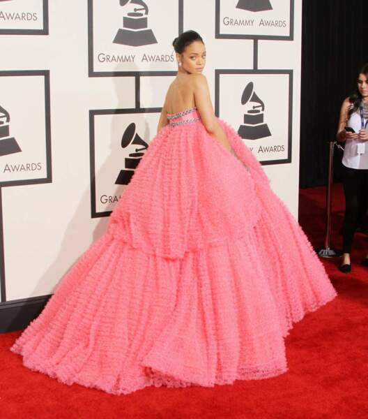 Rihanna se perd un peu dans son immense robe rose