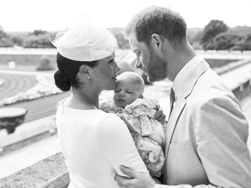 Ce 6 juillet, jour du baptême d'Archie, deux photos du bébé ont été dévoilées. Celle-ci, sublime, avec ses parents