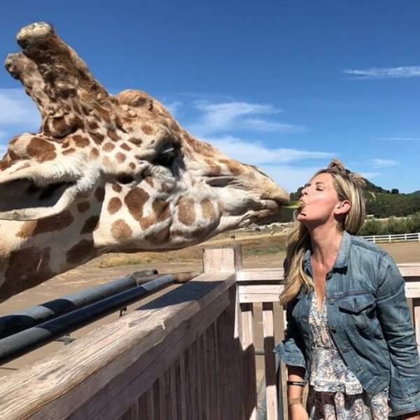 Et c'était chaud à Malibu entre Sarah Michelle Gellar et Stanley la girafe !
