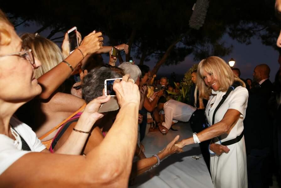 Radieuse, Brigitte Macron a serré des mains…