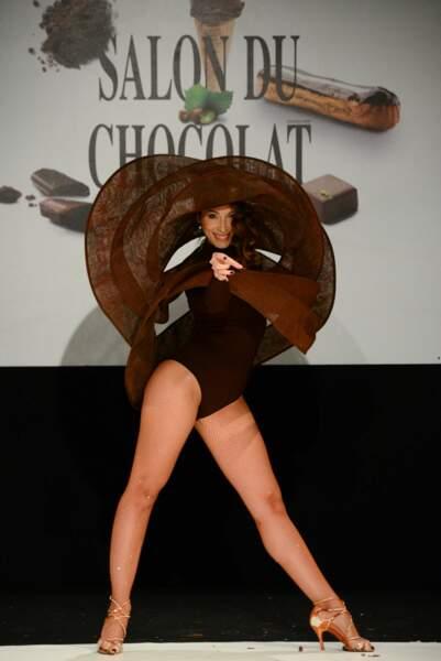 Silvia Notargiacomo un peu perdue dans sa tenue au Salon du Chocolat 2017