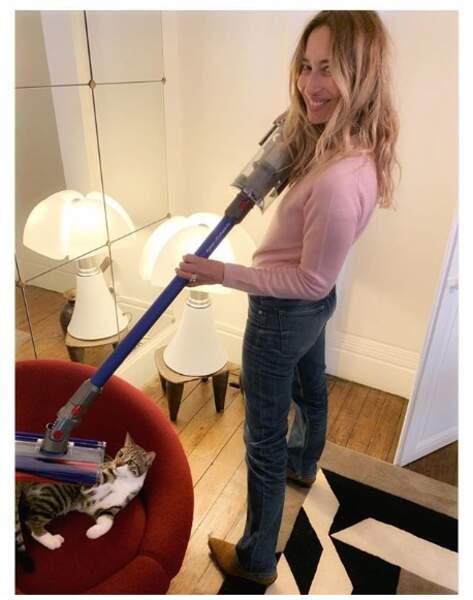 L'astuce d'Alexandra Golovanoff pour se débarrasser des poils de chats ? Aspirer directement le chat.