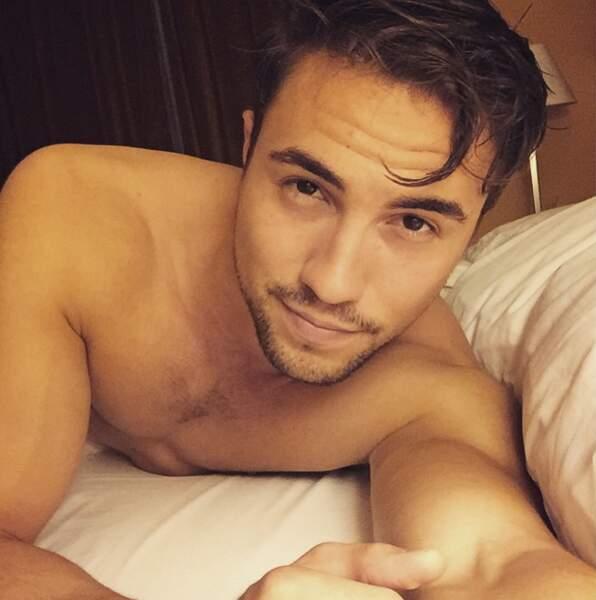 Nouvelle journée, nouveau selfie dans le lit pour Olivier Dion