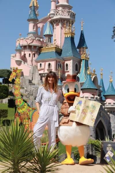 La mannequin Caroline de Maigret a exploré le parc avec Donald