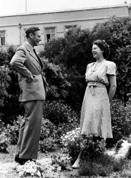 Toujours inquiet pour elle, son père, également son grand complice, la prépare à sa tâche de reine