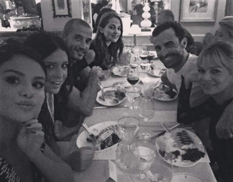 Selena Gomez en plein dîner aux côtés d'Adèle Exarchopoulos (si, si !)
