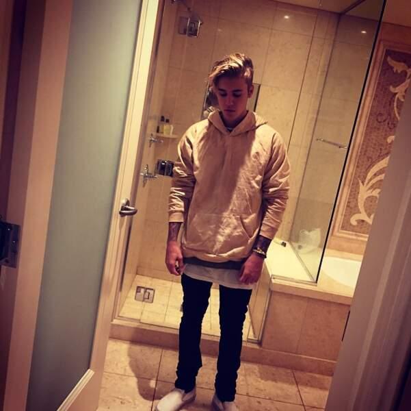 """""""Vous me déprimez"""", hurla Justin Bieber, apparemment puni au coin dans sa salle de bain."""