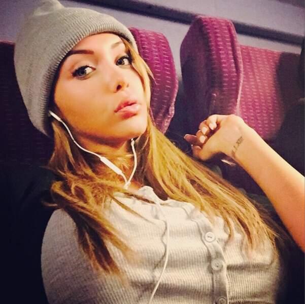 Nabilla est tellement fan de son bonnet qu'elle ne l'enlève pas dans le train