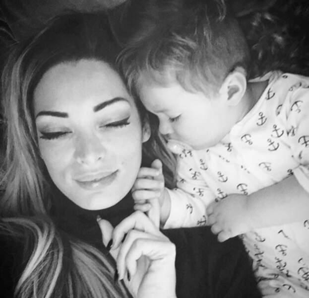 Emilie Nef Naf qui embête son fils Menzo pendant la sieste.