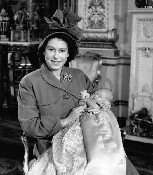 Une jeune maman qui baptise son aîné le 15 décembre 1948 dans la salle de Musique de Buckingham