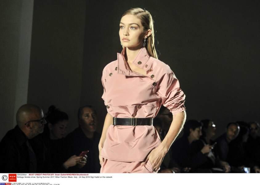 Bref, ne vous fiez pas au visage angélique de Gigi Hadid, ici au défilé Bottega Veneta