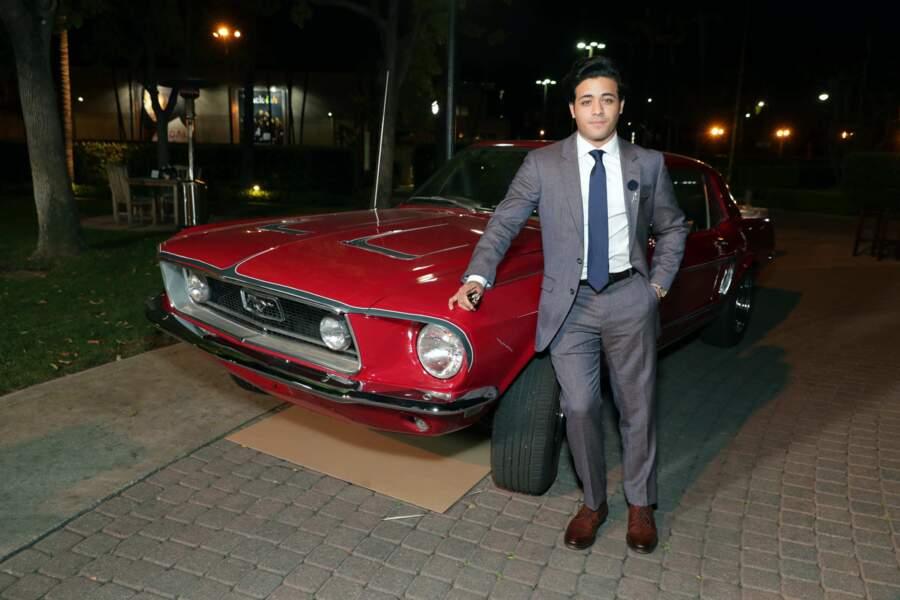 L'acteur Christian Navarro pose avec la fameuse voiture de la série