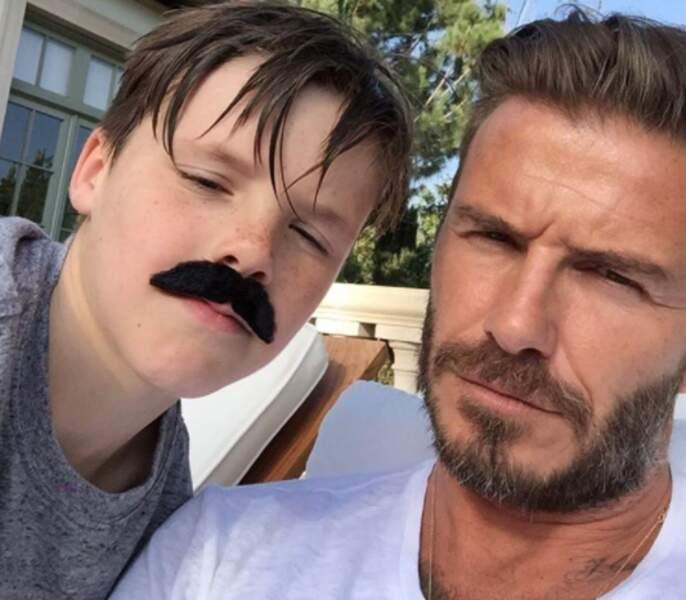 Cruz Beckham a plus de moustache que son papounet.
