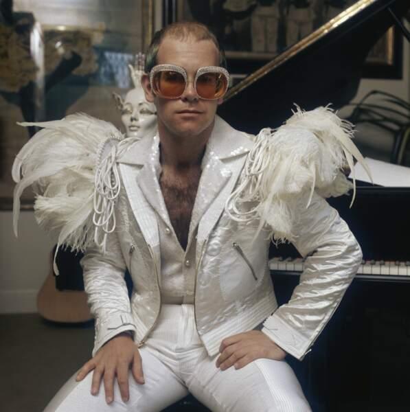 Tout de blanc vêtu, avec plumes et lunettes à strass en prime, en 1973