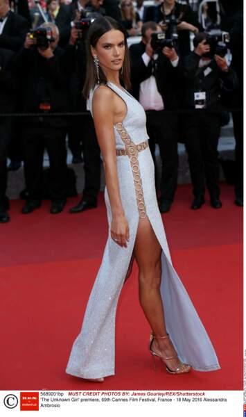 Alessandra Ambrosio a laissé une jambe au Martinez visiblement