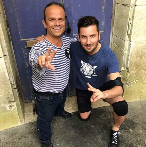 Maxime Guény et son ami Passe Partout devant une des cellules de Fort Boyard