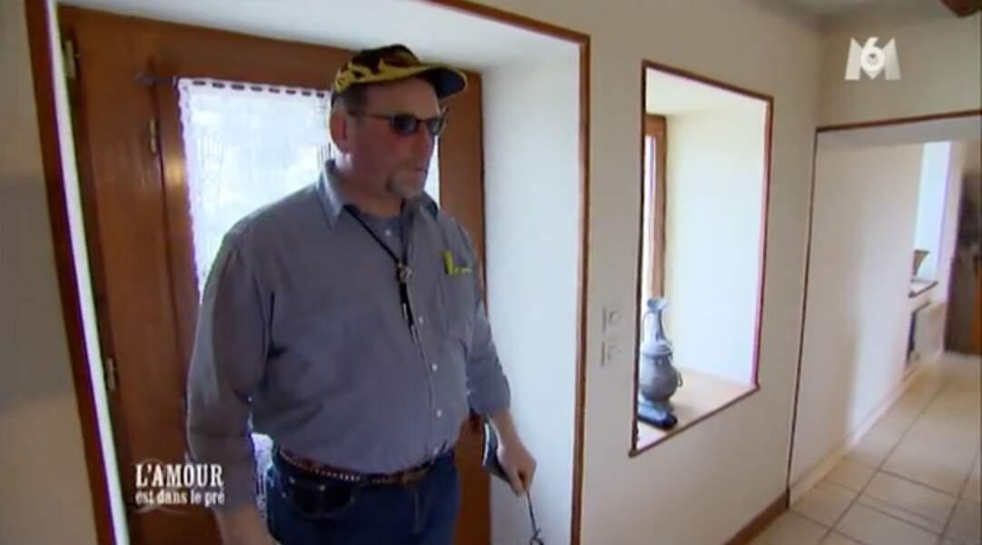En mode rockeur, le plus Johnny des agriculteurs, François, est prêt à aller chercher sa prétendante.