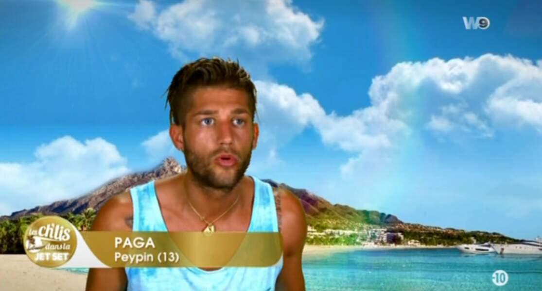 On enchaîne avec Paga des Marseillais et son look éclectique : primo, le marcel bleu piscine....