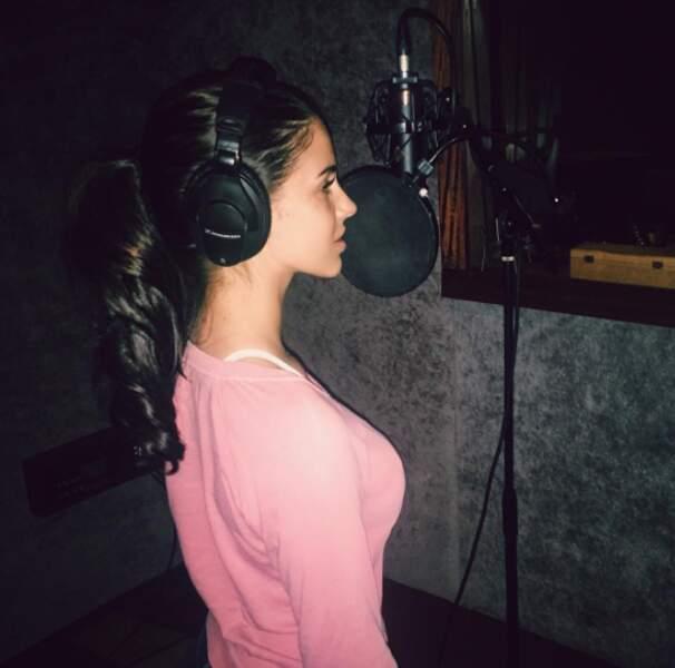 En studio, la chanteuse se concentre