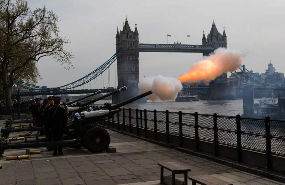 À Londres, l'anniversaire royal a été salué par des tirs de canon