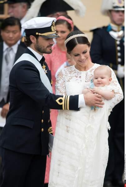 En septembre, le petit prince est porté sur les fonts baptismaux