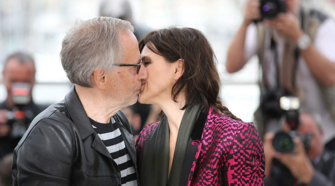 Oh mais tiens donc, Fabrice Luchini et Juliette Binoche s'échangent un baiser