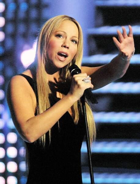 Mariah Carey, un papillon sur la main, en 2003
